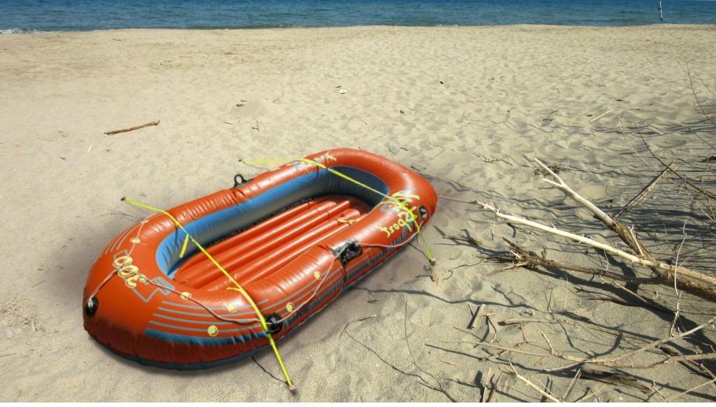 Bateau pneumatique fixé à la plage avec Stopenvol