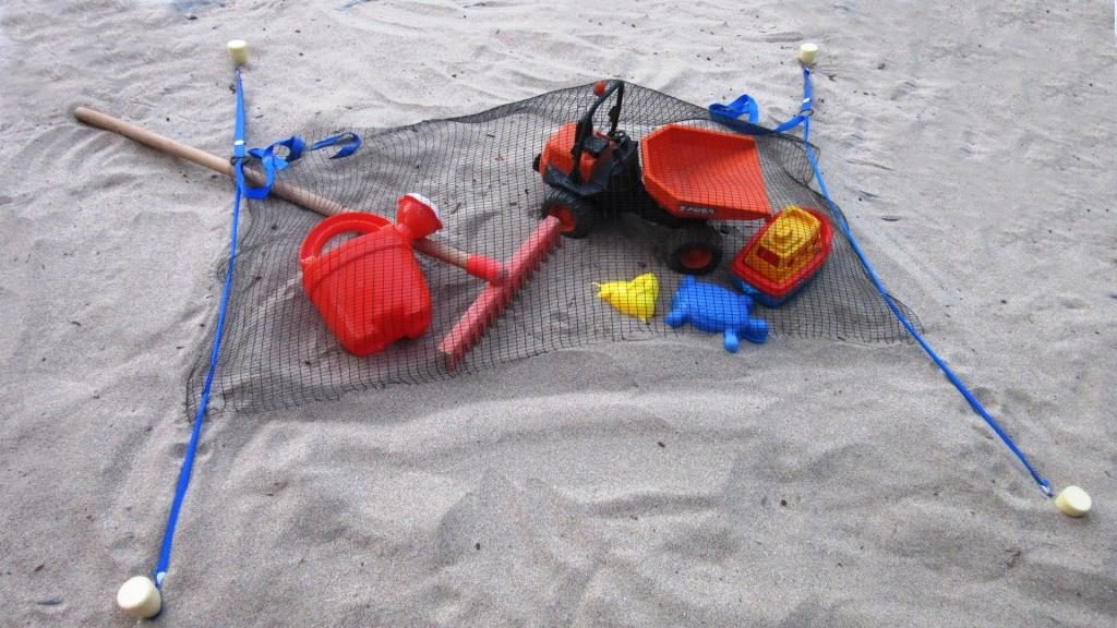 Stopenvol tend un filet sur des jouets de plage