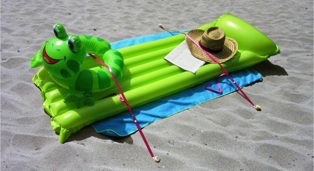 Stopenvol est un système qui fixe au sol des objets de plage comme une serviette ou un matelas pneumatique ou une bouée, pour qu'ils ne puissent pas s'envoler