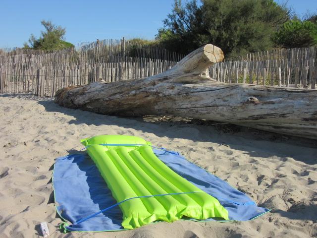 stopenvol empeche l'envol matelas pneumatique et serviette sur la plage