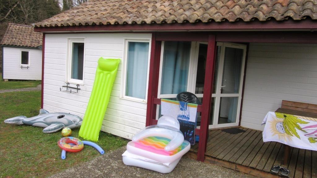 envol de gonflables devant un bungalow
