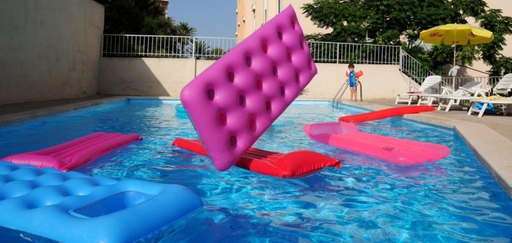 gonflable s'envole à la piscine