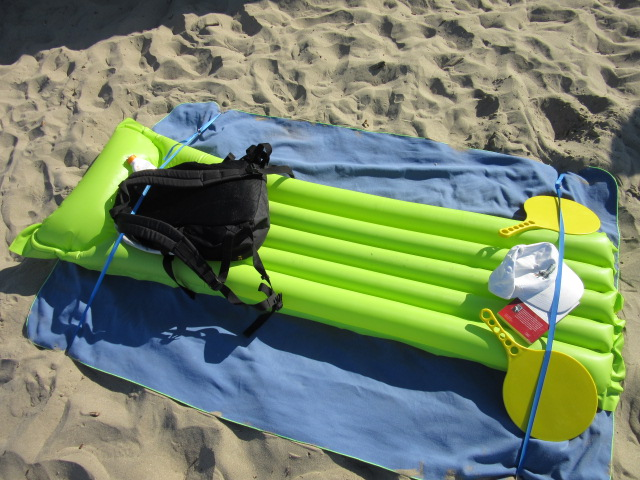 stopenvol attache vos affaires de plage dans le sable